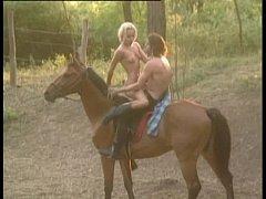 outdoor คู่รักขี้เงี่ยน ซั่มกันกลางป่า เย็ดกันบนหลังม้า จับควยกระแทกหี กระเด้าซอยถี่ ขย่มควยโคตรฟิน