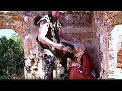 หนังโป๊ฝรั่งข่มขืน สองผัวเมียรถเสียโดนทหารจอมหื่น ฆ่าผัว แล้วข่มขืนเมีย เมียโดนจับเย็ดสวิงกิ้ง โดนพลัดกันซอยหี ควยยัดปาก จนน้ำควยแตกคาหีคาปาก