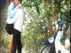 คลิปหลุดทางบ้าน แอบถ่ายหนุ่มสาวขี้เงี่ยนจอดรถเย็ดกันริมทาง ยืนถกกระโปงกระเด้าเย็ดสดกันมันเลย