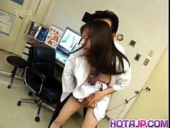 xxxทำงานเหนื่อยไหมจ๊ะ เป็นเมียหมอนะเดี๋ยวจะเลื่อนตำแหน่งให้ หมอหื่นอยากล่อพยาบาล จับเย็ดคาห้องตรวจรัวเย็ดสดจัดหนัก