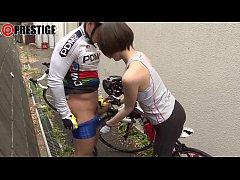 asian porn จอดรถเย็ดกันในซอยเปลี่ยว นักกีฬาปั่นจักรยานเลี้ยวรถเข้าซอกตึกเเวะเย็ดกันริมทาง