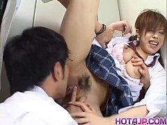 japan sex สาวน้อยหน้าใสมายืนแอบเบ็ดหีเสียวหี โดมหนุ่มรุมโทรม จับแหกหีเลียกันอย่างเมามัน